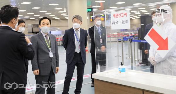김재일 부산본부세관장(왼쪽 두 번째)이 김해국제공항 입국장 현장을 점검하고 있다/제공=부산세관