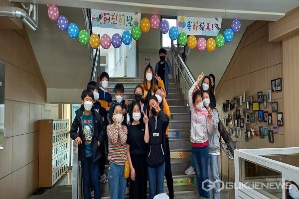 어린이날 축하 풍선 제작 모습.(제공=옥천교육지원청)
