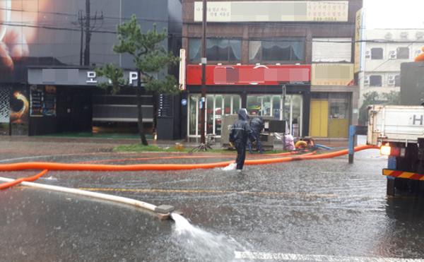 장마철 집중호우로 인한 포항시 남구 송도동 사거리 침수지역 모습 (사진 = 포항시)