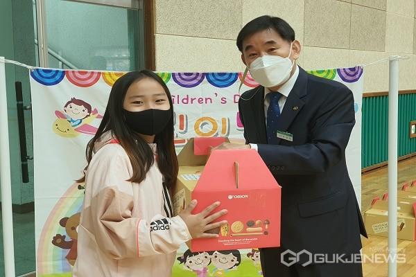 어린이날 기념 선물 전달 모습.(제공=진천교육지원청)