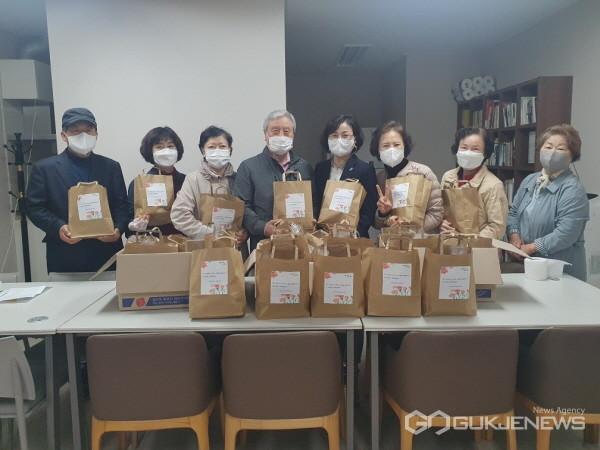 (사진제공=용인시)상현2동 부녀회가 4일 제49회 어버이날을 맞아 관내 경로당에 다과를 전달했다.