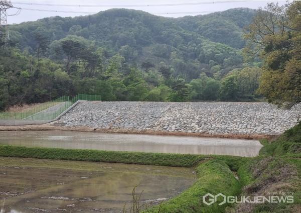 앞선 4월 보수보강 공사를 완료한 처인구 원삼면 목신리 후동저수지 모습(사진=용인시)