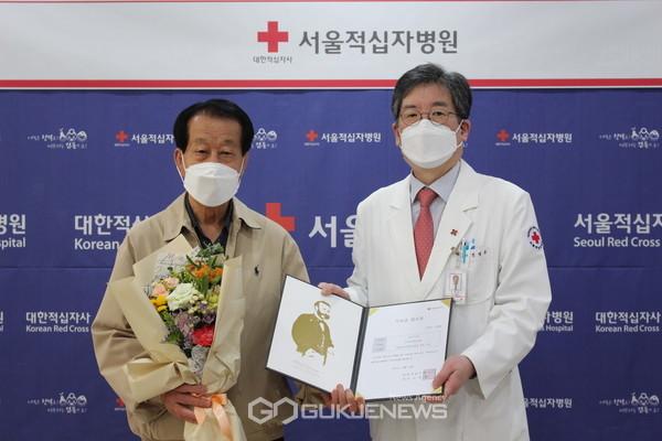 (왼쪽으로)신현봉씨와 서울적십자병원 문영수 원장의 기념사진 (사진제공=서울적십자사)