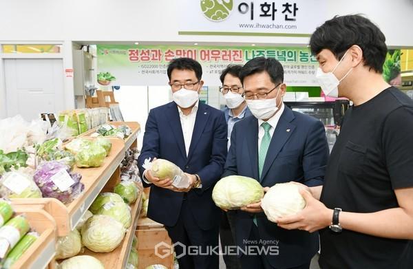 로컬푸드 직매장 현장 순시 한국농수산식품유통공사 김춘진 사장(우측에서 2번째), 김권형 지역본부장(좌측에서 1번째)