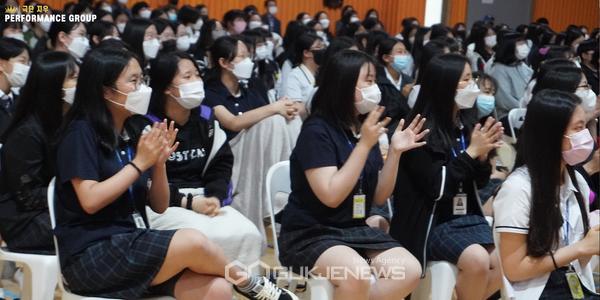 (사진제공=극단지우) 뮤지컬 세븐데이즈 공연을 관람중인 동지여중 학생들