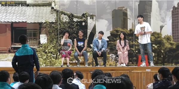 (사진제공=극단지우) 뮤지컬 세븐데이즈 공연 관람후 배우들과 질의응답을 하는 개성중학교 학생들