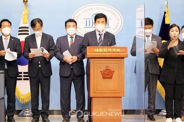 김진표 더불어민주당 부동산특별위원장이 10일 오전 국회 소통관에서 서민·무주택자의 내집마련을 위한 수도권 주택 공급방안을 발표하고 있다.