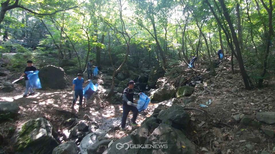 아산시 산림과 직원들이 여름철 본격적인 휴가철을 대비해 관내 계곡을 찾아 산지정화 활동을 실시하고 있다