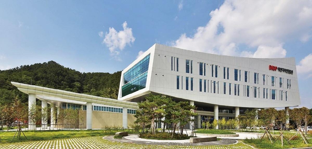 대전디자인진흥원은 대전지역 청년들을 대상으로 취·창업 지원을 위한 2021년 지역·산업맞춤형 일자리창출 지원사업 '유튜브 디자인코디네이터 취창업 사업'교육생을 오는 6월 24일까지 모집한다고 10일 밝혔다.