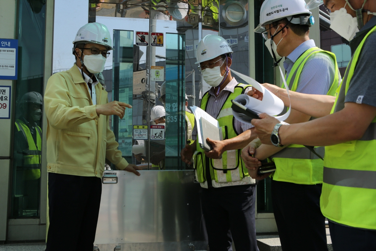 대전도시철도공사 김경철 사장이 9일 도시철도 용문역을 방문해 집중호우 시 역사로 유입되는 물을 차단하기 위한 차수판 상태를 점검하고 있다.