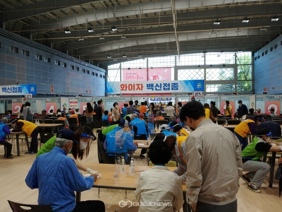 천안시 예방접종센터(실내테니스장)에서 75세 이상 어르신 및 코로나19 1차 대응요원 등의 접종 진행 모습