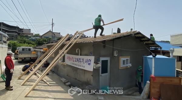 상망동 7개 단체 협력으로 위기가구 집수리 봉사 (집수리 봉사활동하는 장면)