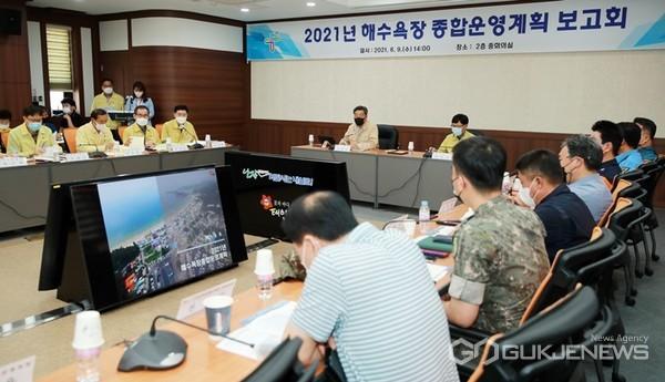 충남 태안군이 9일 군청 중회의실에서 가세로 태안군수를 비롯한 각 기관, 단체 관계자 등이 모인 가운데 '2021년 해수욕장 종합 운영계획 보고회'를 가졌다. 사진은 보고회 모습. (태안군 제공)