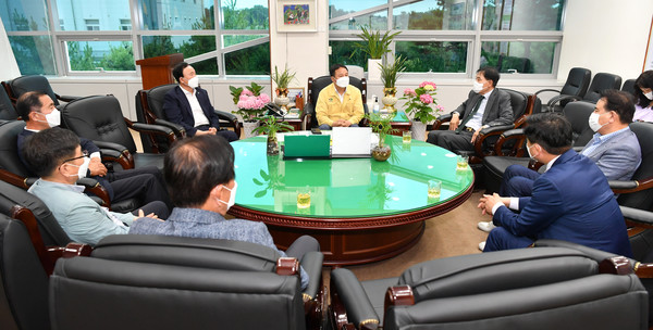 (사진=완주군의회) 김재천 의장과 재경군민회 간담회 모습