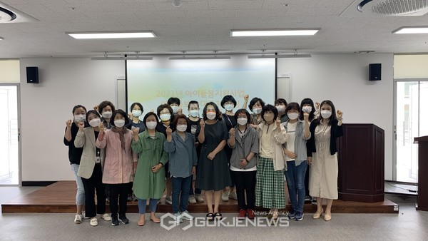 원주시건강가정·다문화가족지원센터가 아이돌보미 안전교육 후 기념촬영을 하고 있다. 사진=원주시