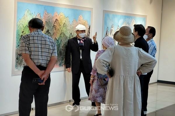 금제 김종태 작가가 10일 서울 인사동 한국미술관에서 초대전을 준비하고 있는 가운데 지인들의 방문에 작품들을 소개하고 있다.