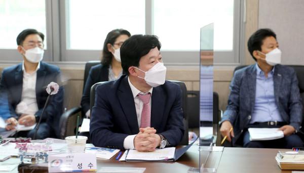 권칠승장관에게바이오·백신과지역현안사업건의하는박성수안동부시장.(사진=안동시)