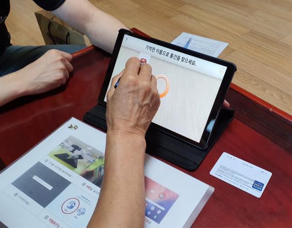 <사진설명=태블릿PC활용한인지재활프로그램이용사진>