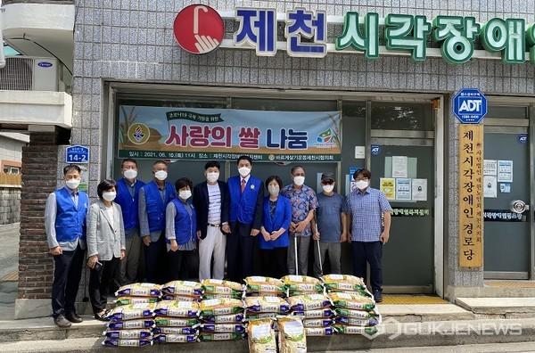 바르게살기운동, 관내 시각장애인에 쌀 기증 모습(사진=제천시)