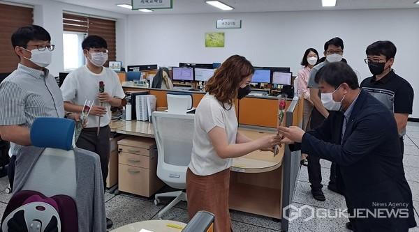 제천교육지원청 상호존중의 날 '꽃다운 당신, 로즈데이' 행사 모습(사진=제천교육청)
