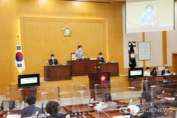 이 사진은 지난 제256회 임시회 제2차 본회의 모습 임(사진=충주시의회)