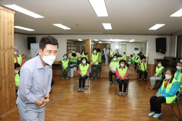 이강덕포항시장이11일북구우창동민생현장을방문해주민들로부터의견을청취하고있다.(사진=포항시)