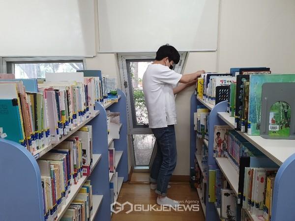 관내 도서관에서 행정업무 보조 및 도서정리를 하고 있는 학생의 모습