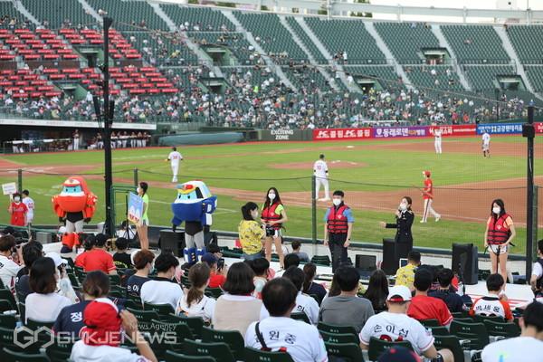 올해 8월 15일 부산해경롯데자이언츠 즐거운 물놀이를 위해 야구장에서 안전 캠페인 전개하고 있다/제공=부산해경