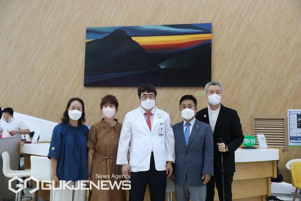(오경승 병원장, 가운데) 기증자와 작가(맨 오른쪽) 모습
