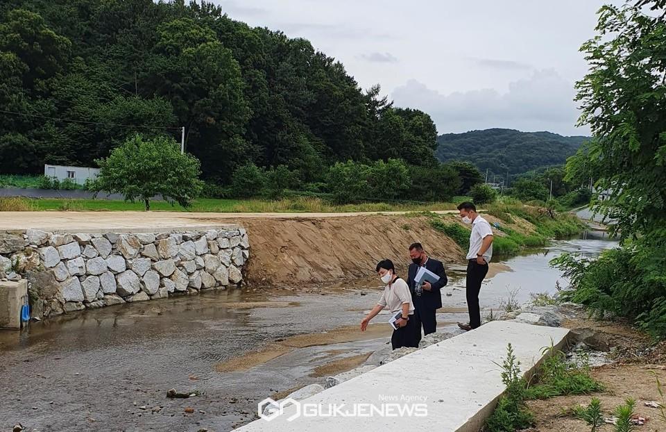 김영옥 천안시 동남구청장이 지난 6일 취임 후 장마철을 대비해 주요현장을 점검했다.