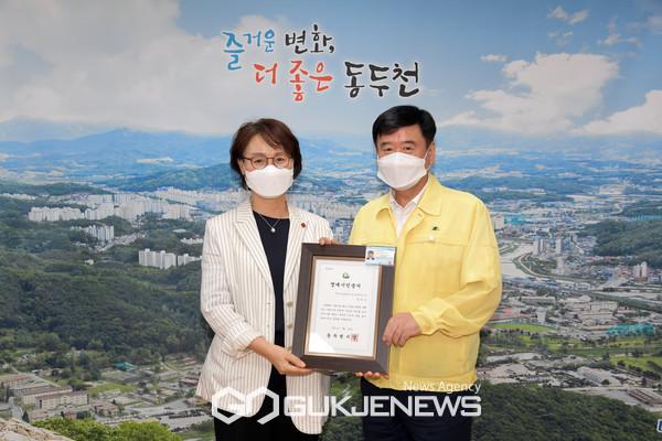 동두천시, 국민건강보험공단 동두천 지사장에 명예시민증 수여.(사진제공.동두천시)