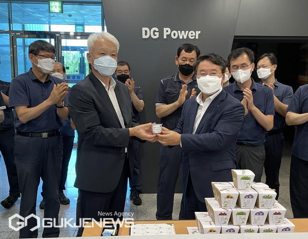 남부발전 이승우 사장이(오른쪽) 대구그린파워 김동권 사장(왼쪽)에게 청렴화분을 전달하고 있다/제공=남부발전