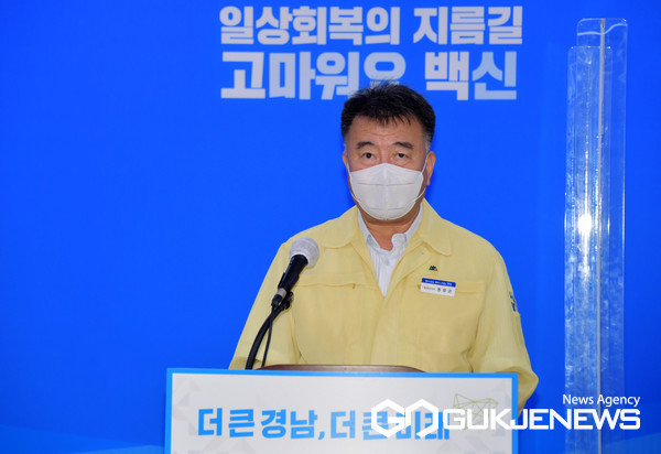 (사진제공=경남도) 코로나19 관련 브리핑을 하고 있는 권양근 경남도 복지보건국장.