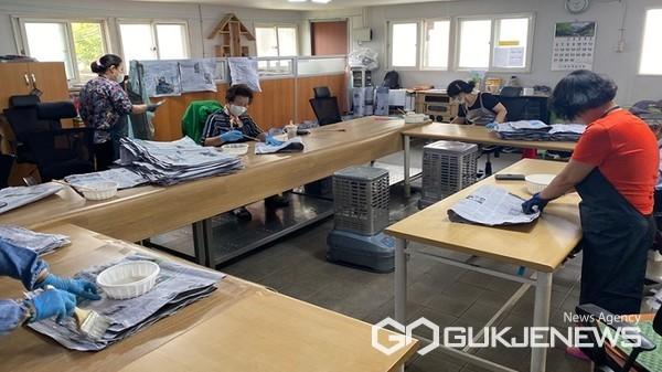 단양지역자활센터 재활용 신문봉지 제작 사업 모습(사진=단양군)