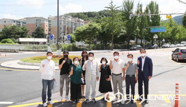 (사진=용인시)백군기 용인시장이 18일 모현읍 왕산리 모현교사거리에 설치된 도심형 회전교차로를 살피고 관계자들과 기념촬영을 하고 있다.