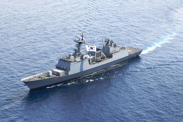 (사진제공=해군작전사령부) 청해부대 32진 대조영함(DDH-Ⅱ, 4,400톤급)이 진해군항으로 입항하는 장면.