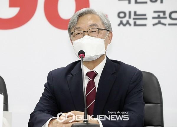 최재형 전 감사원장이 15일 오전 서울 여의도 국민의힘 중앙당사에서 이준석 대표를 접견하고 있다.