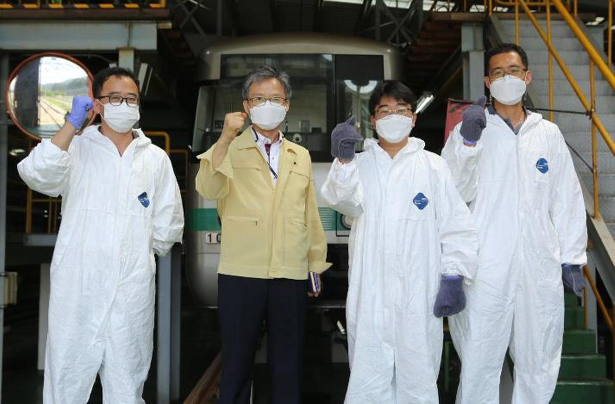 대전도시철도공사 김경철 사장이 판암기지를 방문해 전동차 방역 작업 중인 현장 직원들을 격려하고 있다.