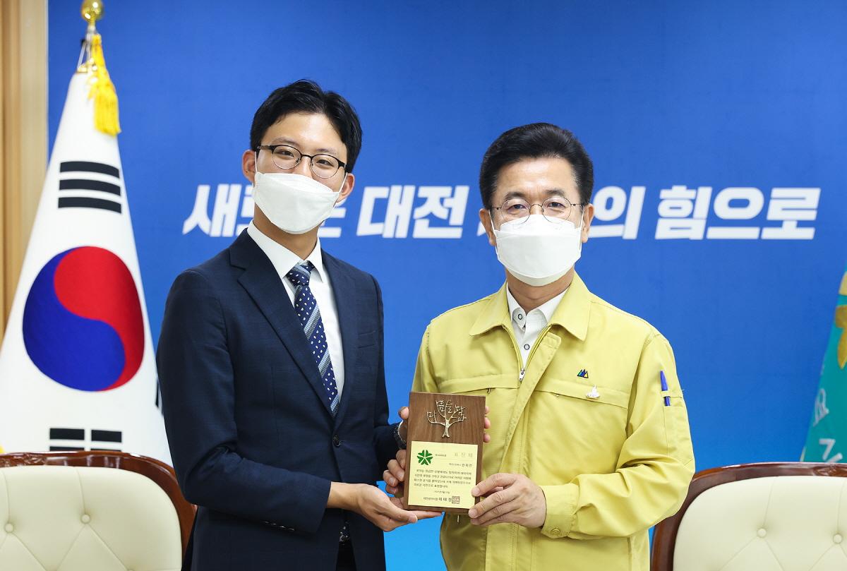 허태정 대전시장이 19일 대전시청 응접실에서 지난 5월 9일 심폐소생술로 생명 구한 진휘진씨에게 '의로운 시민'표창을 수여하고 기념촬영을 하고 있다.