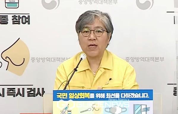 정은경 질병관리청장이 19일 오후 코로나19 질병관리청 정례브리핑에서 해외파병부대 집단감염 사태 관련 질문에 답변하고 있다.