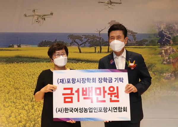 사진왼쪽부터한국여성농업인포항시연합회박미화회장,이강덕포항시장(사진=포항시)