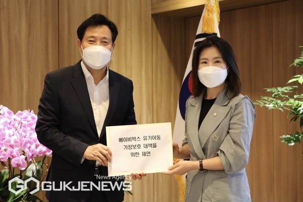 김미애의원-오세훈시장 제언서 전달 모습/제공=김미애의원실