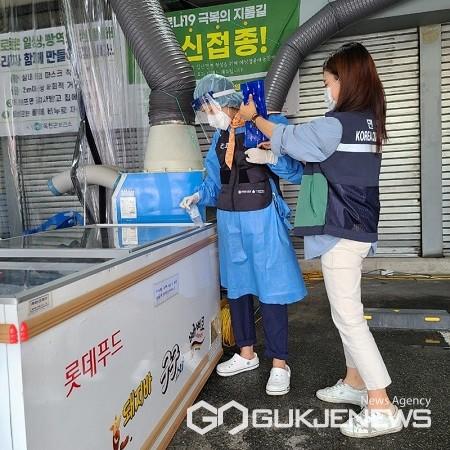 보건소 관계자(왼쪽)가 선별진료소 근무자의 냉각조끼에 아이스팩을 넣어주고 있다.(제공=옥천군청)