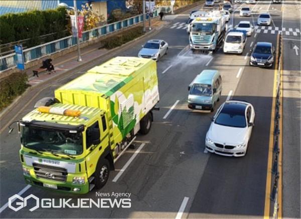 도로 재비산먼지 제거 차량과 물청소 차량 운행 모습/제공=부산환경공단