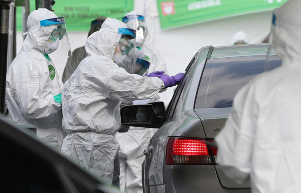 잠실종합운동장 주경기장에 마련된 승차 검진(드라이브 스루) 선별진료소에서 코로나19에 대한 진단검사가 이뤄지고 있다.