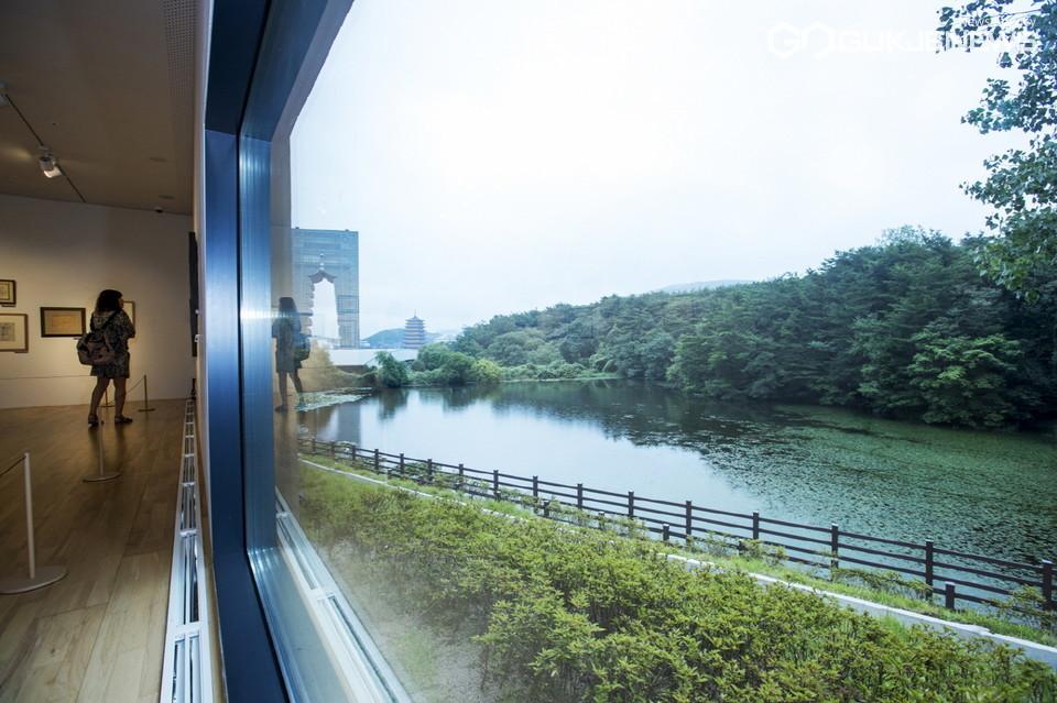 아평지의 풍경을 담은 경주엑스포대공원 솔거미술관 제3전시실 '내가 풍경이 되는 창'