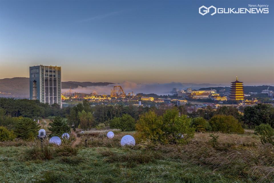 전국 최초 맨발전용 둘레길인 '비움 명상길'에서 보이는 경주엑스포공원과 보문단지 전경