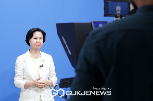 양천디지털미디어센터에서 소공여 브리핑 영상 촬영중인 김수영 양천구청장