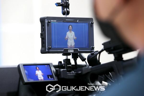 양천지디털미디어센터에서 소공여브리핑 촬영중인 김수영 양천구청장