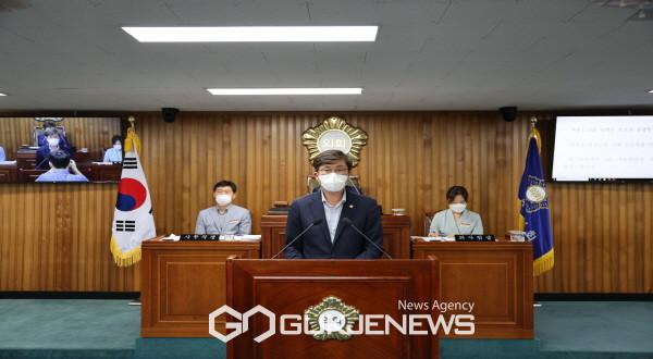 영주시의회 우충무 시의원이 5분 발언을 하고 있다